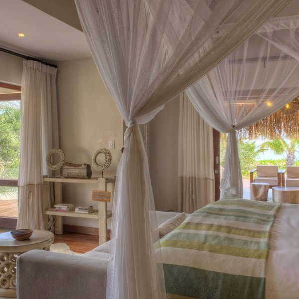 4 poster bed and view to the outside deck in Villa Amizade